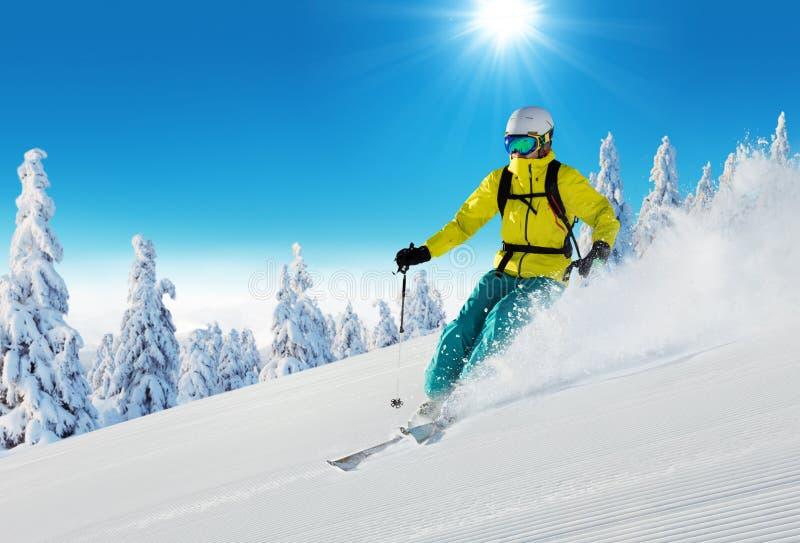 Ski de jeune homme sur la piste photographie stock