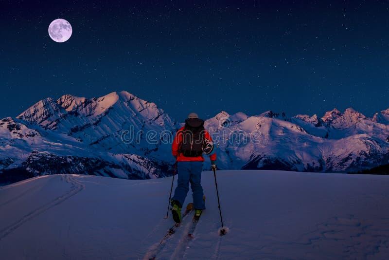 Ski de nuit avec la vue stupéfiante des montagnes célèbres suisses dans la belle neige d'hiver Skituring, ski backcountry dans la photos libres de droits