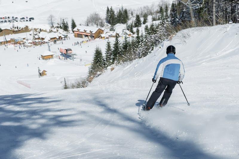 Ski de skieur dans la neige fraîche sur le ski dans les montagnes sur WI ensoleillés photographie stock