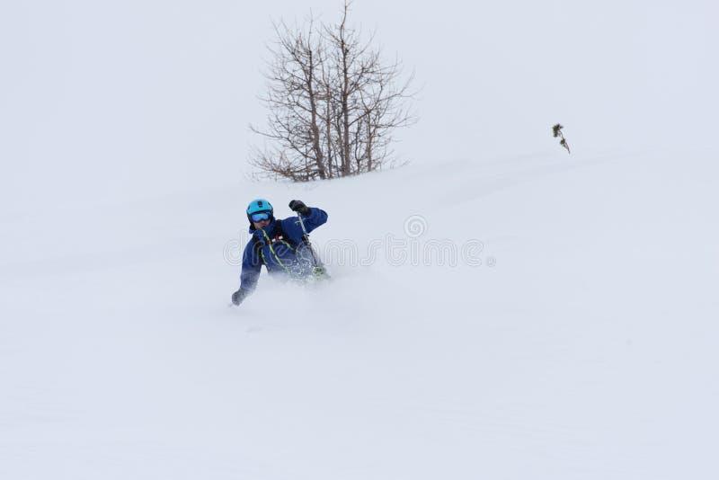 Ski de skieur de Freeride dans la neige profonde de poudre photographie stock libre de droits