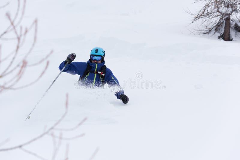 Ski de skieur de Freeride dans la neige profonde de poudre photos stock