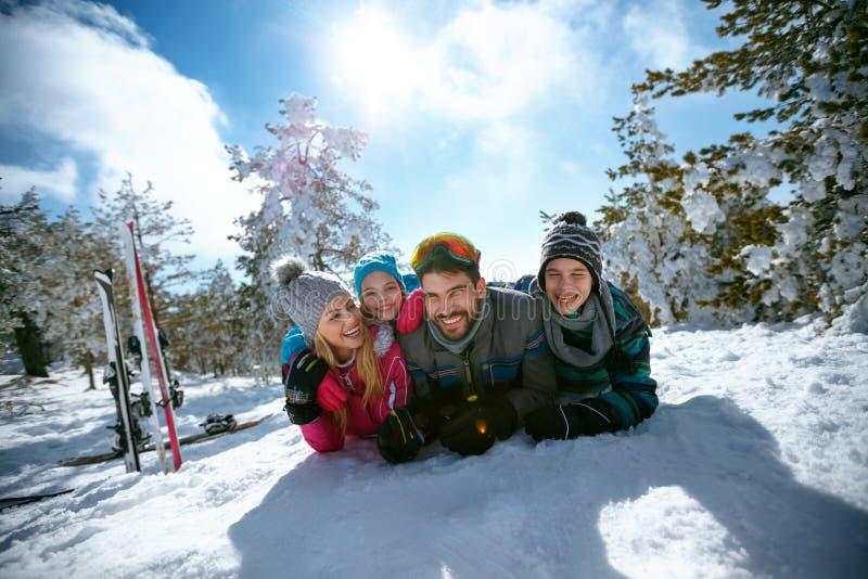 Download Ski, De Winter, Sneeuw, Zon En Pret - Familie Die In De Winter Genieten Van Vacat Stock Foto - Afbeelding bestaande uit mensen, apparatuur: 107706220