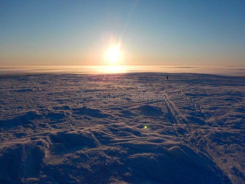Ski?en het in het hele land in de noordelijke mooie aard van Lapland royalty-vrije stock afbeelding