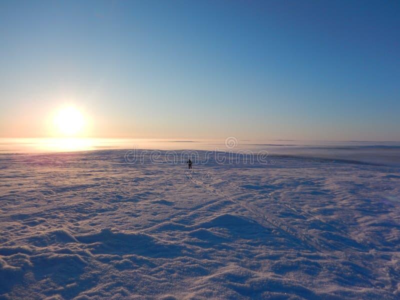 Ski?en het in het hele land in de noordelijke mooie aard van Lapland royalty-vrije stock fotografie