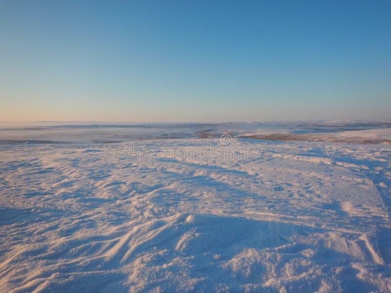Ski?en het in het hele land in de noordelijke mooie aard van Lapland royalty-vrije stock afbeeldingen
