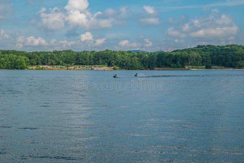 Ski et canotage de jet sur le lac photographie stock libre de droits