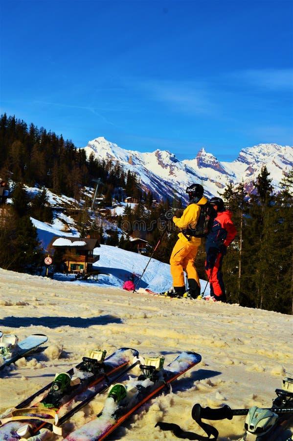 Ski fahren in den Schweizer Alpen an den Wintertagen und -unterhaltung stockfoto
