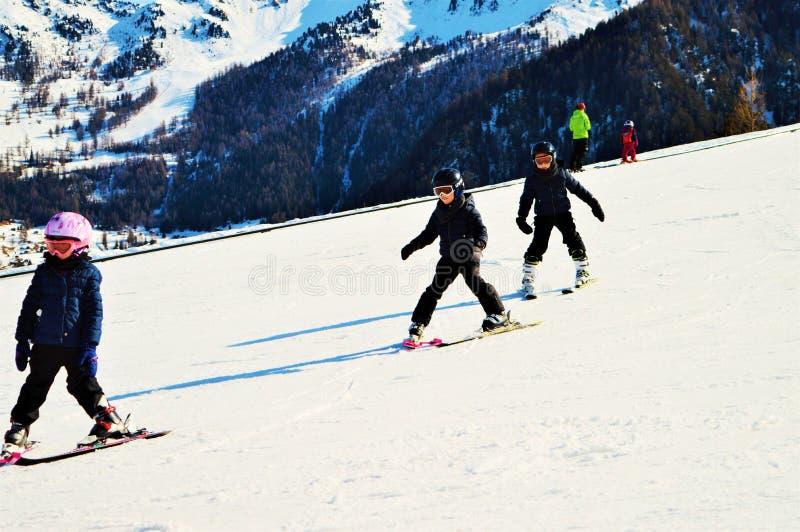 Ski fahren in den Schweizer Alpen und in den Schneebahnen stockfoto