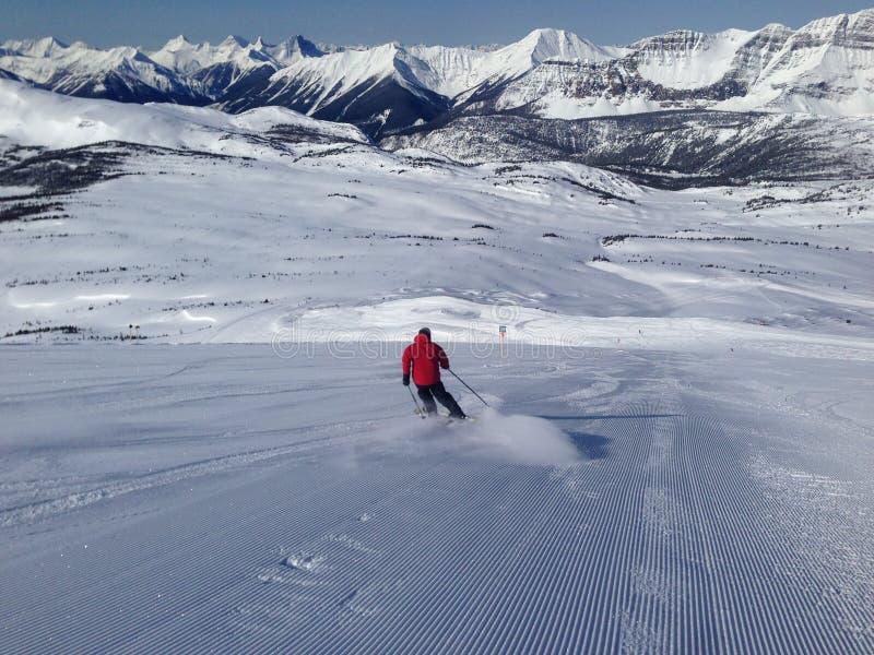 Ski fahren an einem sonnigen Tag lizenzfreie stockfotos