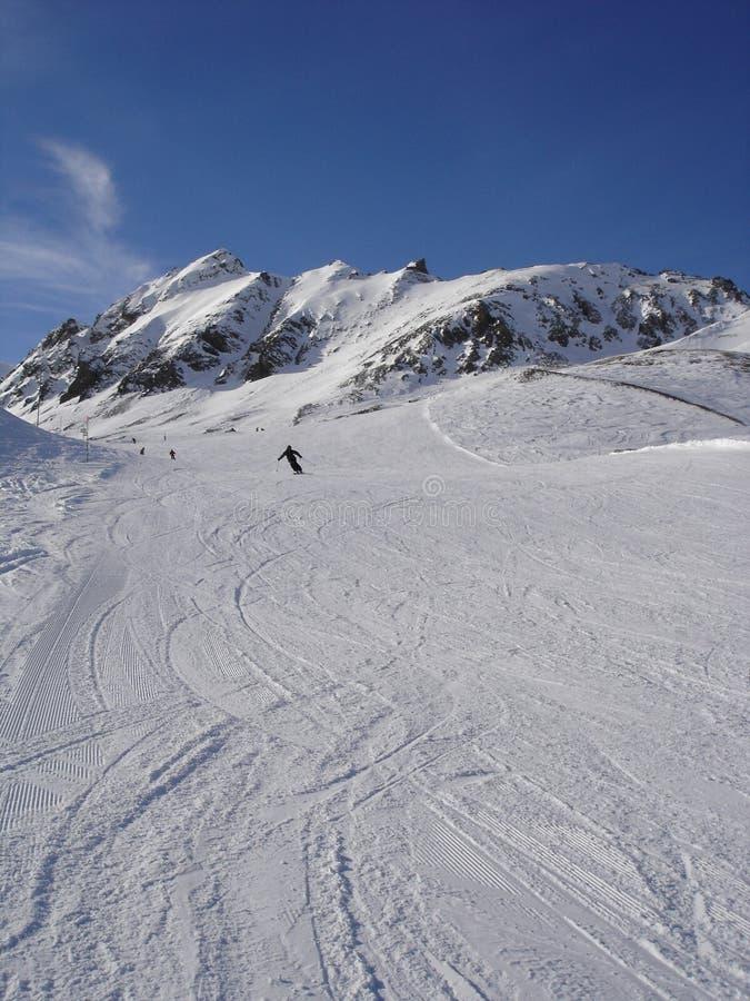 Ski fahren im Alpes stockfotografie