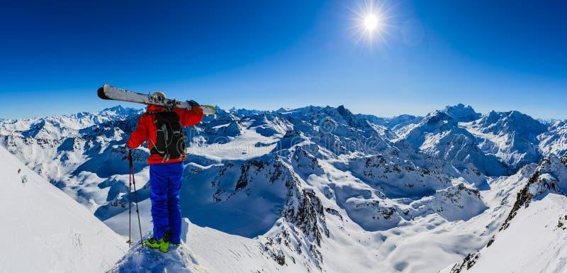 Ski fahren mit erstaunlicher Ansicht von Schweizer berühmten Bergen in schönem Winterschnee Mt-Fort Das Matterhorn und das Einbuc lizenzfreie stockfotografie