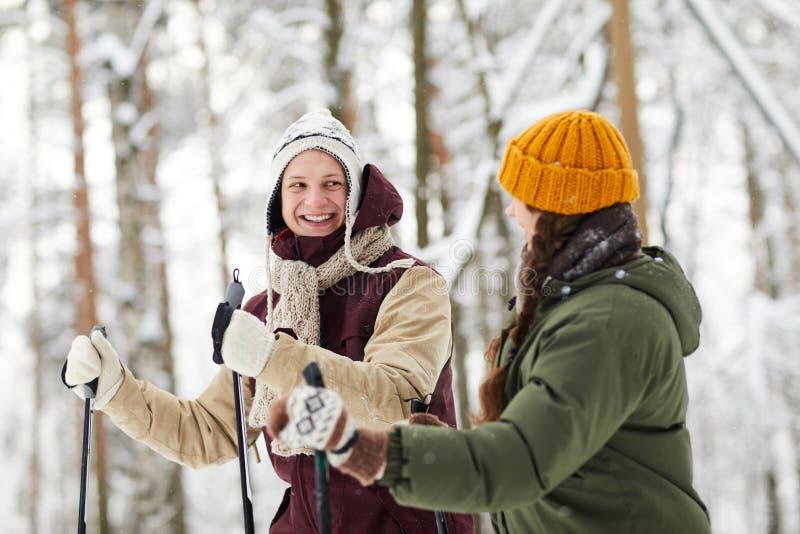 Ski gai de couples dans la forêt image libre de droits