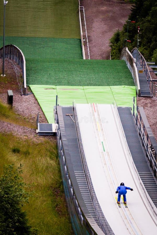 Ski Jumper na decolagem imagem de stock
