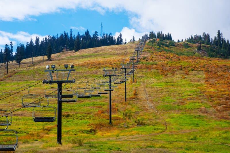 Ski Lift Chairs in de Zomer stock foto