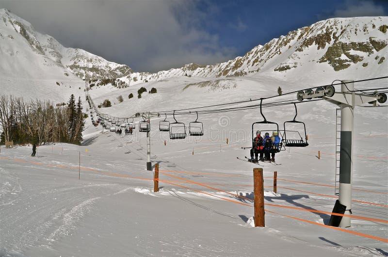 Ski Lift zur Gebirgsspitze lizenzfreie stockbilder