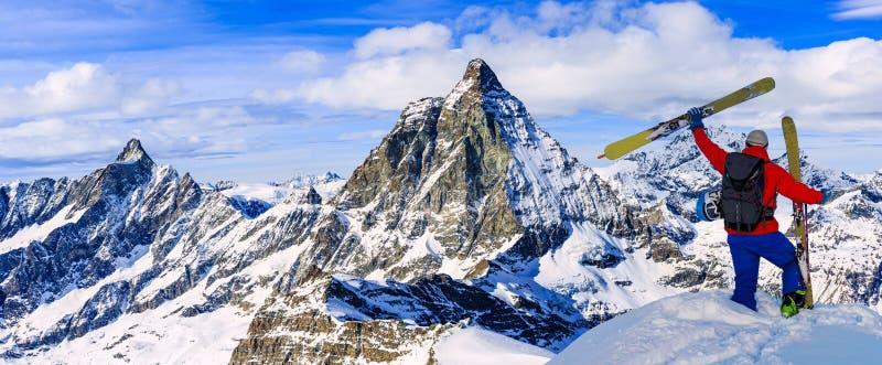 Ski mit überraschender Ansicht von Schweizer berühmten Bergen in schönem Winterschnee Mt-Fort Das Skituring, backcountry Skifahre lizenzfreies stockbild