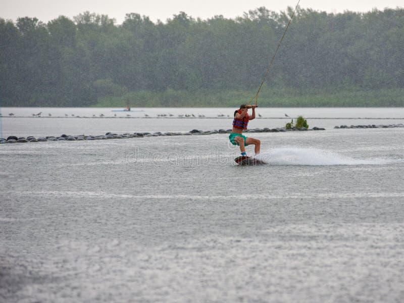 Ski nautique d'homme sur la rivière photos libres de droits
