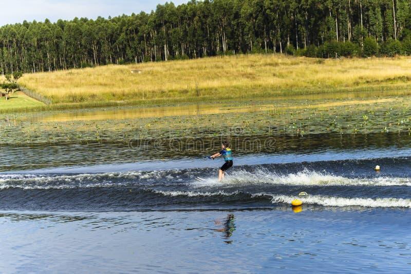 Ski nautique de jeune fille photo libre de droits