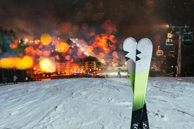 ski op de bovenkant van de heuvel stock fotografie