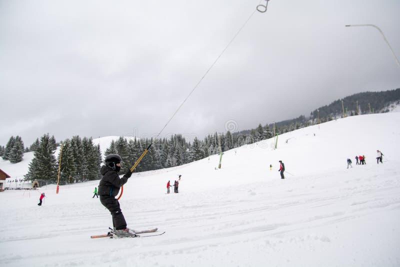Ski opleiding voor de jonge geitjes in de wintertijd in Roemenië royalty-vrije stock fotografie