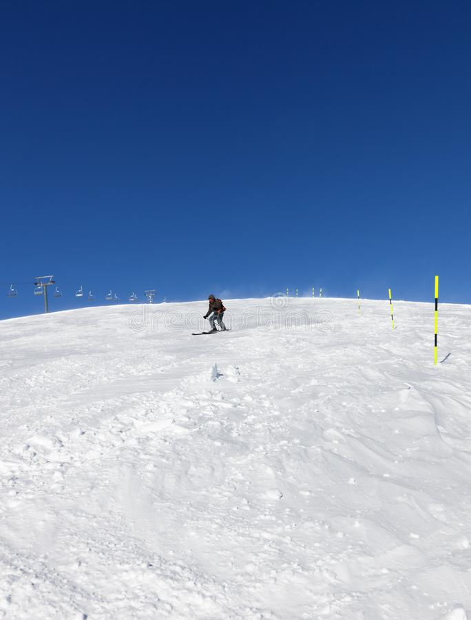 Ski?r bergaf op sneeuwskihelling in zonnige de winterdag stock fotografie