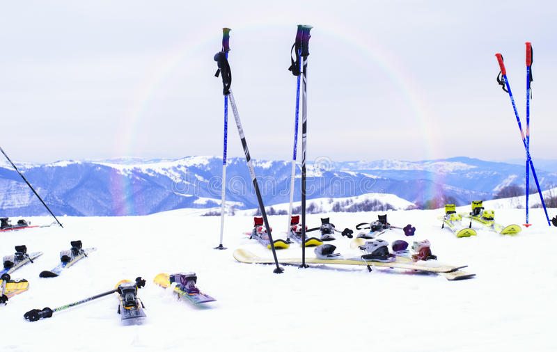 Ski, saison d'hiver, montagnes et équipements de ski sur la descente de ski photographie stock