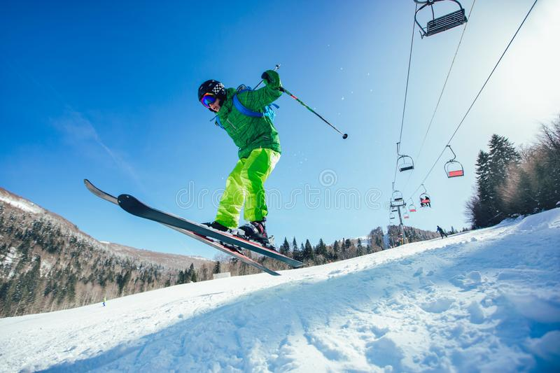 Ski Skieur sautant photo stock