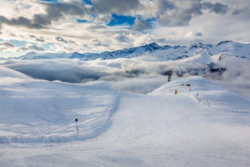 Ski Slope nära Madonna di Campiglio Ski Resort, italienska fjällängar royaltyfria bilder