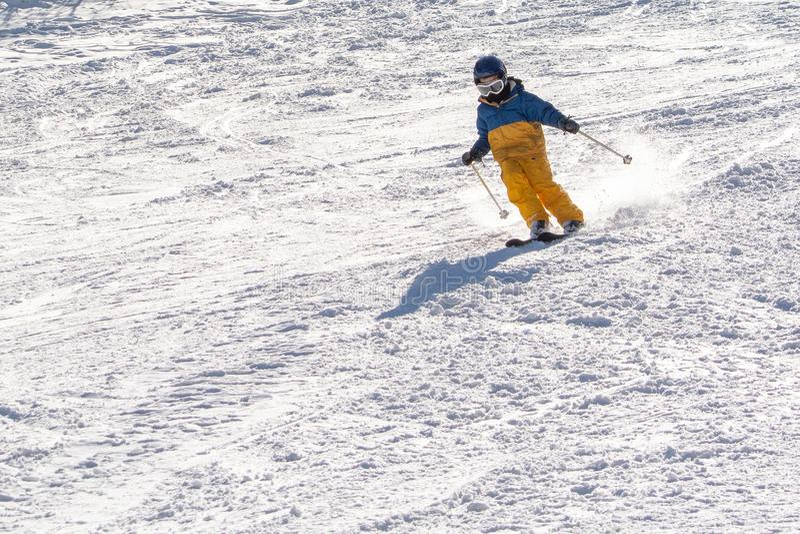 Ski, sneeuw, zon en pret met jonge geitjes op een sneeuwspoor, kind op ski royalty-vrije stock fotografie