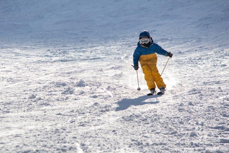 Ski, sneeuw, zon en pret met jonge geitjes op een sneeuwspoor, kind op ski stock fotografie
