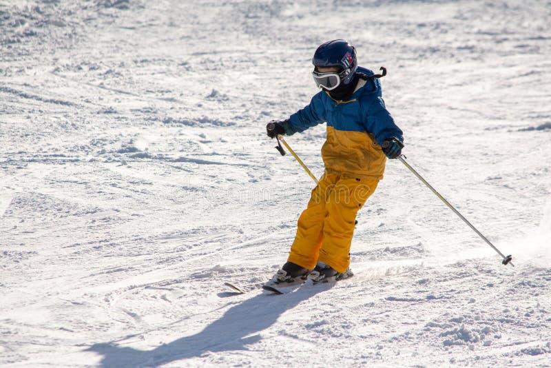 Ski, sneeuw, zon en pret met jonge geitjes op een sneeuwspoor, kind op ski royalty-vrije stock afbeeldingen