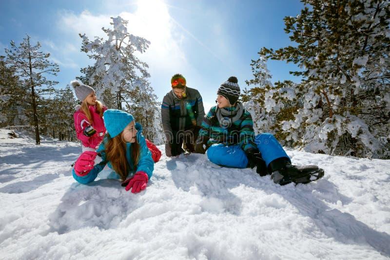Download Ski, Sneeuwzon En Pret - Familie Op Skivakantie Stock Foto - Afbeelding bestaande uit playing, speels: 107706506