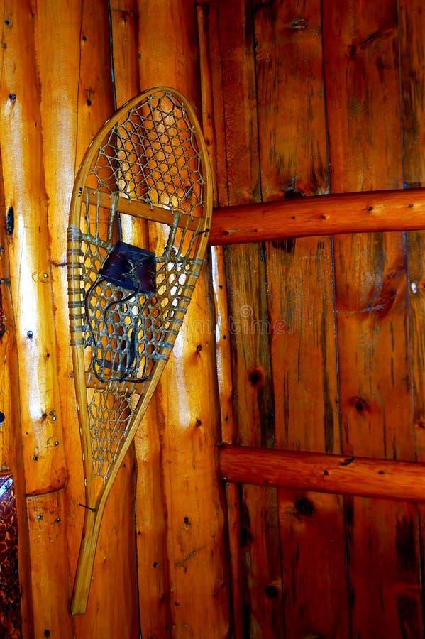 Ski van jagers de inheemse Amerikanen op houten muur stock afbeelding