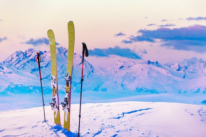 Ski in wintertijd, bergen en ski die backcountry equi reizen royalty-vrije stock fotografie