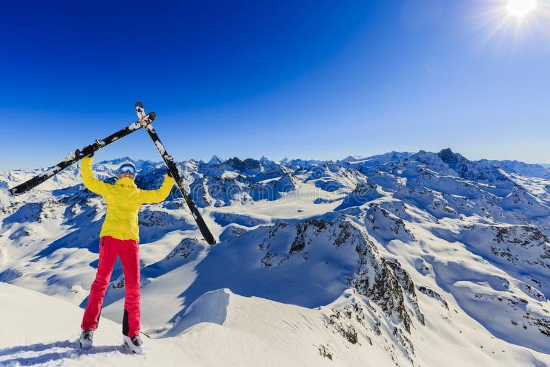 Ski in wintertijd, bergen en ski die backcountry equi reizen stock foto's