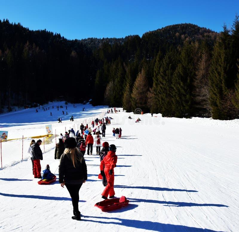 Skiant en Auronzo di Cadore, beau paysage, montagnes de Dolomiti, Italie images stock