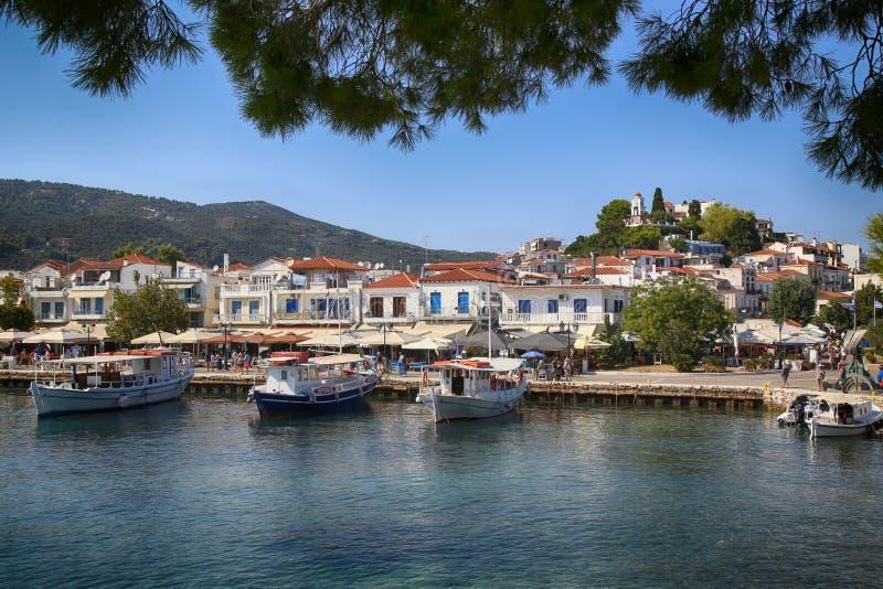 Skiathos, Греция - 17-ое августа 2017: Панорамный взгляд над портом стоковая фотография rf