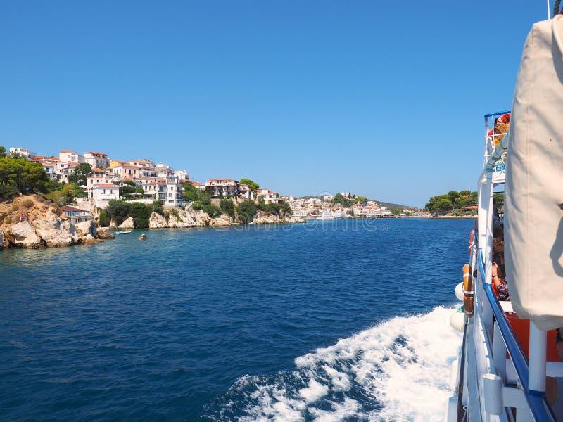 Skiathos, Aegean grekisk ö, blått hav och himmel royaltyfria bilder
