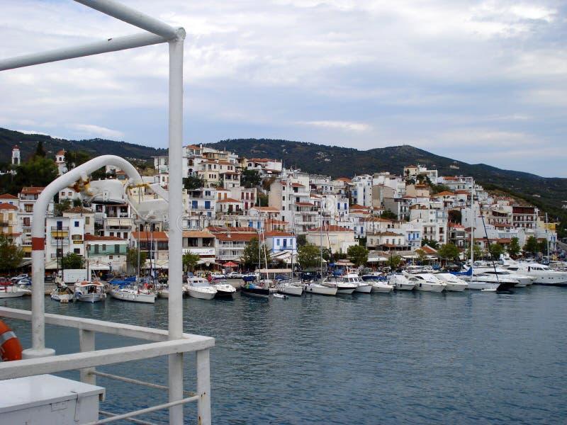 Skiathos, Grèce - 6 août 2007 : Vue de port d'île de Skiathos par bateau, Sporades, mer Égée photographie stock