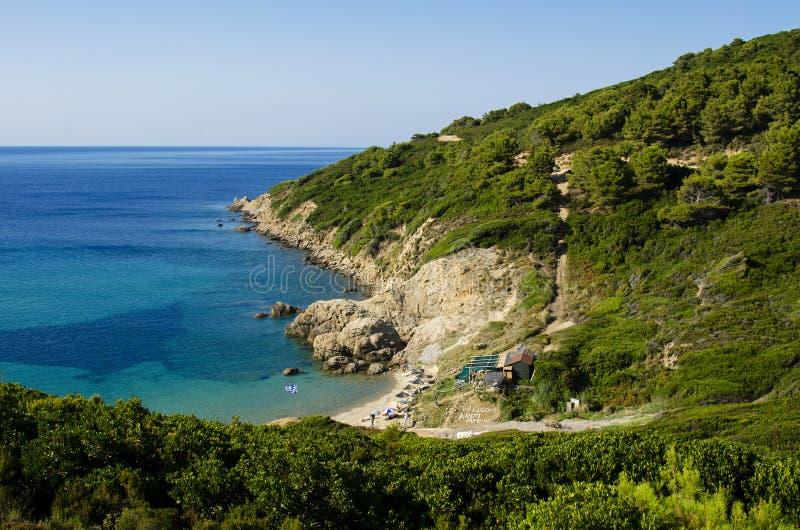 Skiathos, Grécia, o 12 de julho de 2017: Vista da parte superior da praia de Krifi Amos na ilha da SK fotos de stock