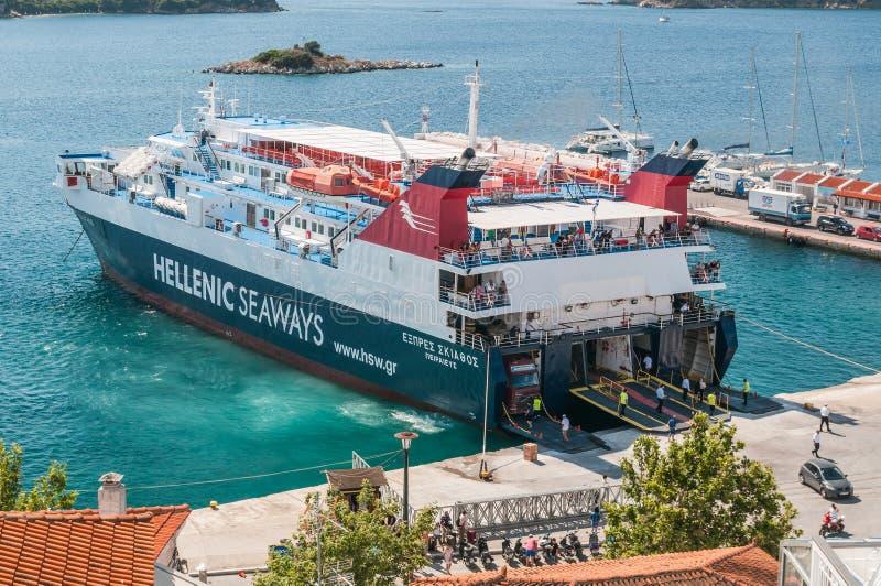 Skiathos, Grecja 15 2018 Czerwiec: Helenic seaways prom wyokrętuje pasażerów i pojazdów przy Skiathos schronieniem fotografia royalty free
