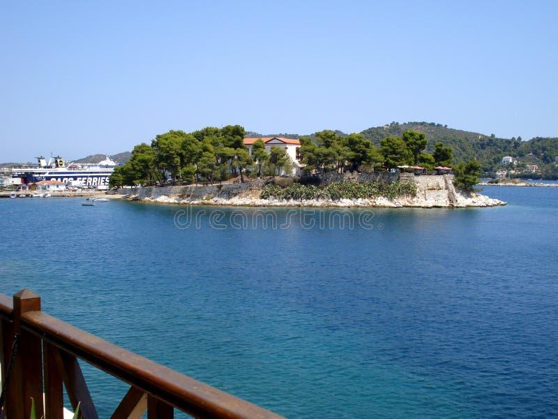 Skiathos Grekland - Augusti 4 2007: Bourtzi ö i Skiathos, Sporades, Aegean hav royaltyfri fotografi