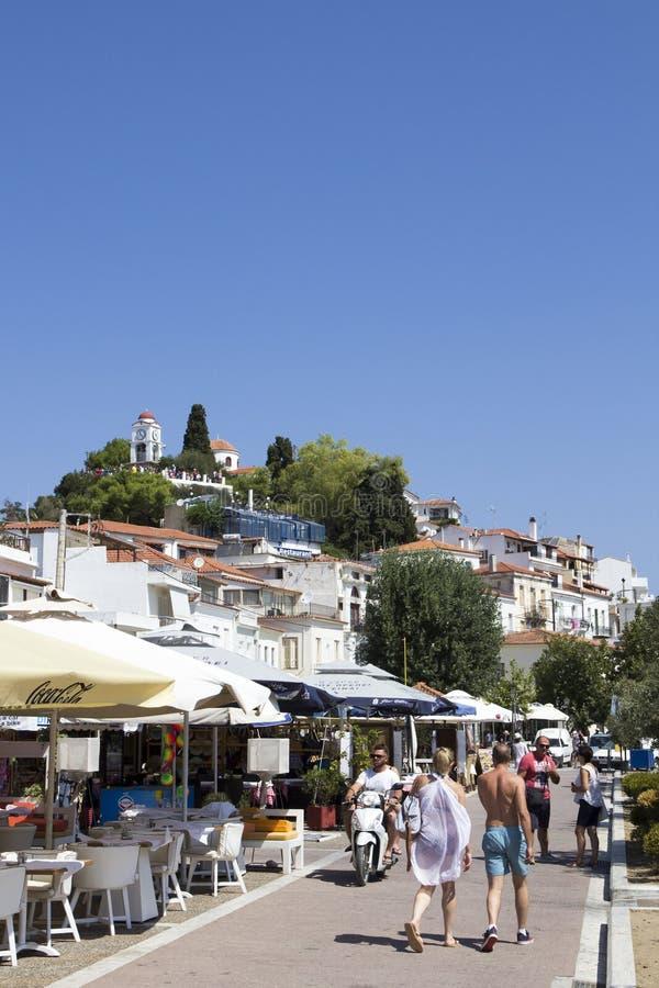 Skiathos schronienie z Agios Nikolaos kościół i Zegarowy wierza na wzgórzu, Skiathos miasteczko, Grecja, zdjęcie royalty free