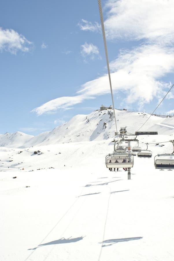 Skiaufzug auf Bergabhang lizenzfreies stockfoto