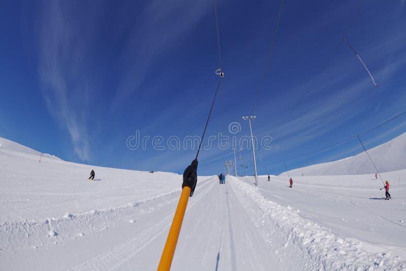 Skiaufzug auf schneebedecktem Berg stockbild