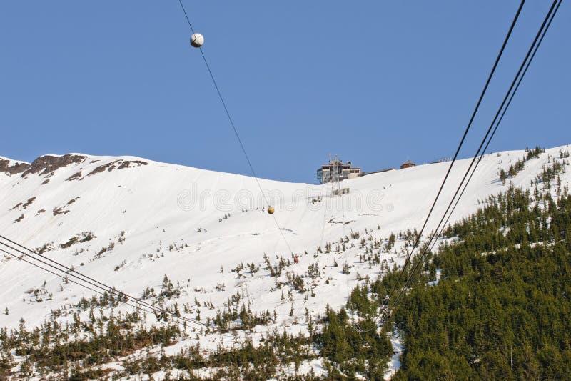 Skiaufzug in den schneebedeckten Bergen lizenzfreies stockbild
