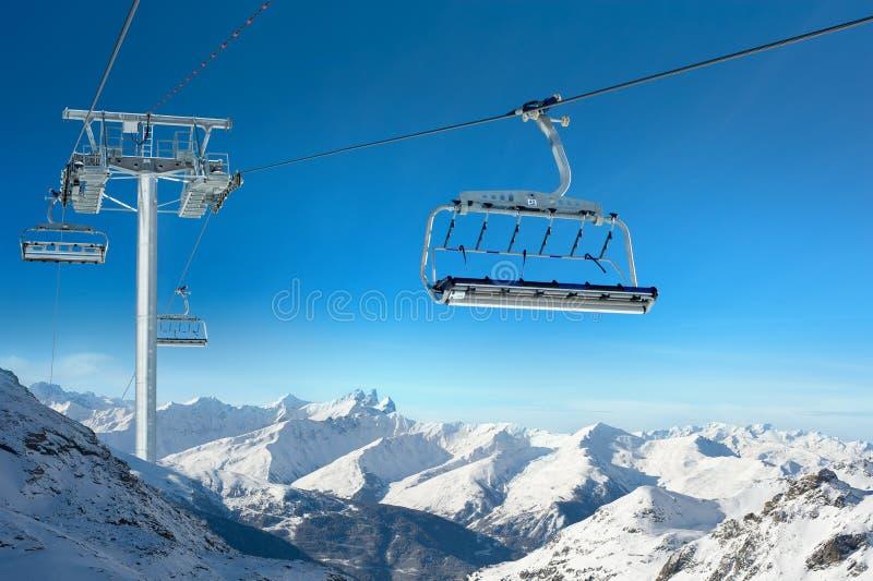 Skiaufzug in der Landschaft des verschneiten Winters stockfotografie