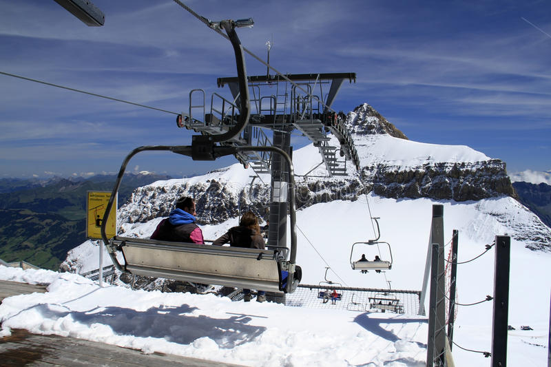 Skiaufzug oder Skikabel stockfotos