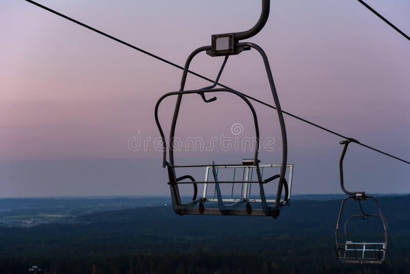 Skiaufzug sitzt auf Dämmerung vor lizenzfreies stockfoto