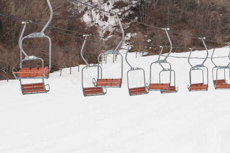 Skiaufzug sitzt am hellen Wintertag und -schnee in Japan vor, lustig lizenzfreie stockbilder
